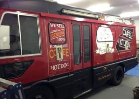 「Cafe&Kithen ふじや」さまの移動販売用のバスをフルラッピング 施工写真